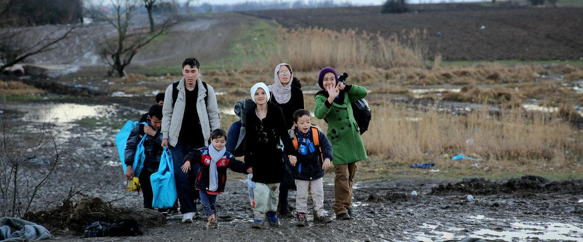 Migrantes, entre ellos niños pequeños, desplazándose en Miratovac (Serbia)